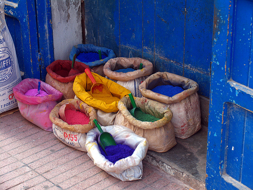 Essaouira, Marocco: sacchi di colore per ceramica