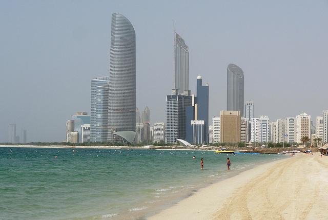 Abu Dhabi. I Trasporti dall'Aeroporto ed in Città. I Bus per Dubai.