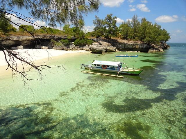 Camping in Indonesia. In Tenda sulle Bianche e Deserte Spiagge di Pulau Pasi a Selayar Island