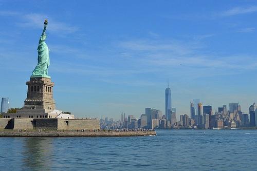 Dal Ferry vista sulla Statua della Libertà con sullo sfondo New York