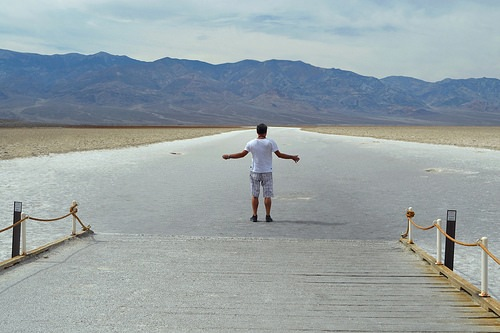 Di fronte a Badwater Basin nella Valle della Morte in California