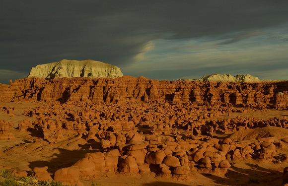 Di fronte alla Goblin Valley nello Utah