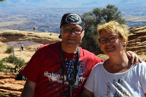 Il 17 giorno di fronte a Mesa Arch a Canyonlands