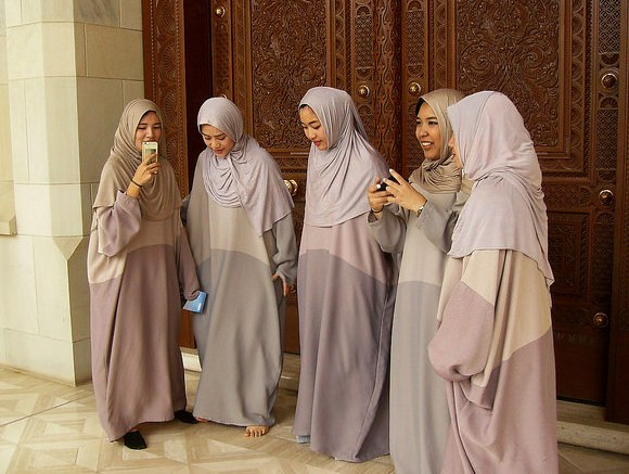 Omani Girls, Sultan Qaboos Grand Mosque, Muscat, Oman