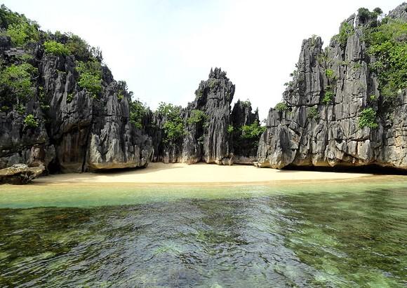 Spiagge Incontaminate delle Filippine: Escursione in Barca alla Caramoan Peninsula