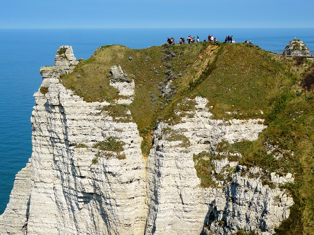 Looking to the top of Falaise d'Aval from the trail between La Porte d'Aval and l'Arche de Manneporte, Étretat, Seine-Maritime, Haute-Normandie, France