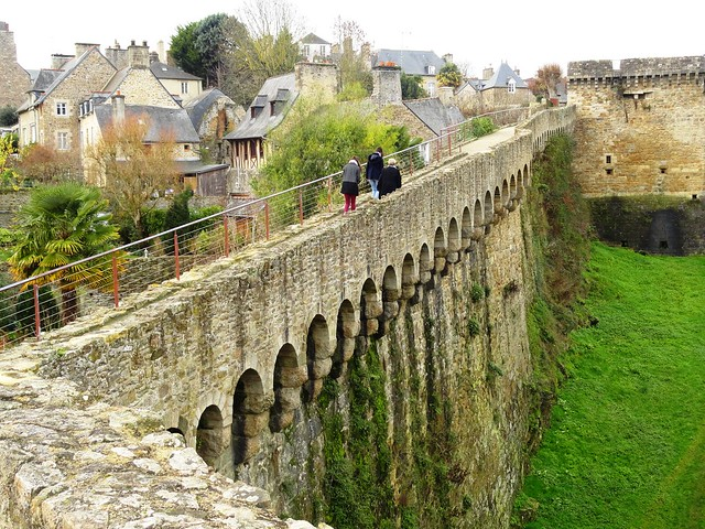 Walking on les Remparts, Dinan, Côtes-d'Armor, Bretagne, France